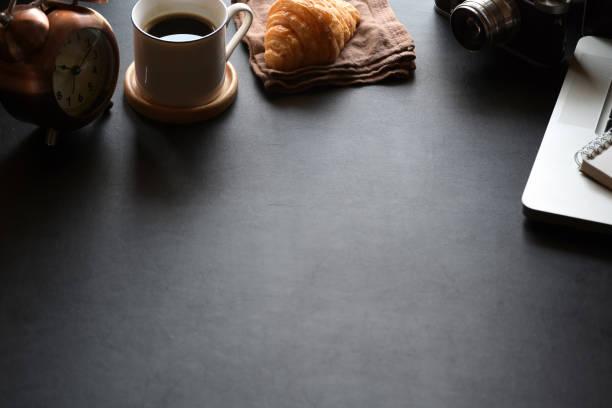 stylish minimalistic workplace laptop and copy space - post it notes zdjęcia i obrazy z banku zdjęć