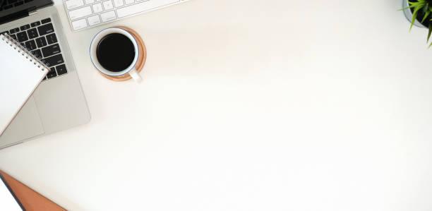 stylish minimalistic workplace with keyboard, laptop, office supplies in flat lay style - post it notes zdjęcia i obrazy z banku zdjęć