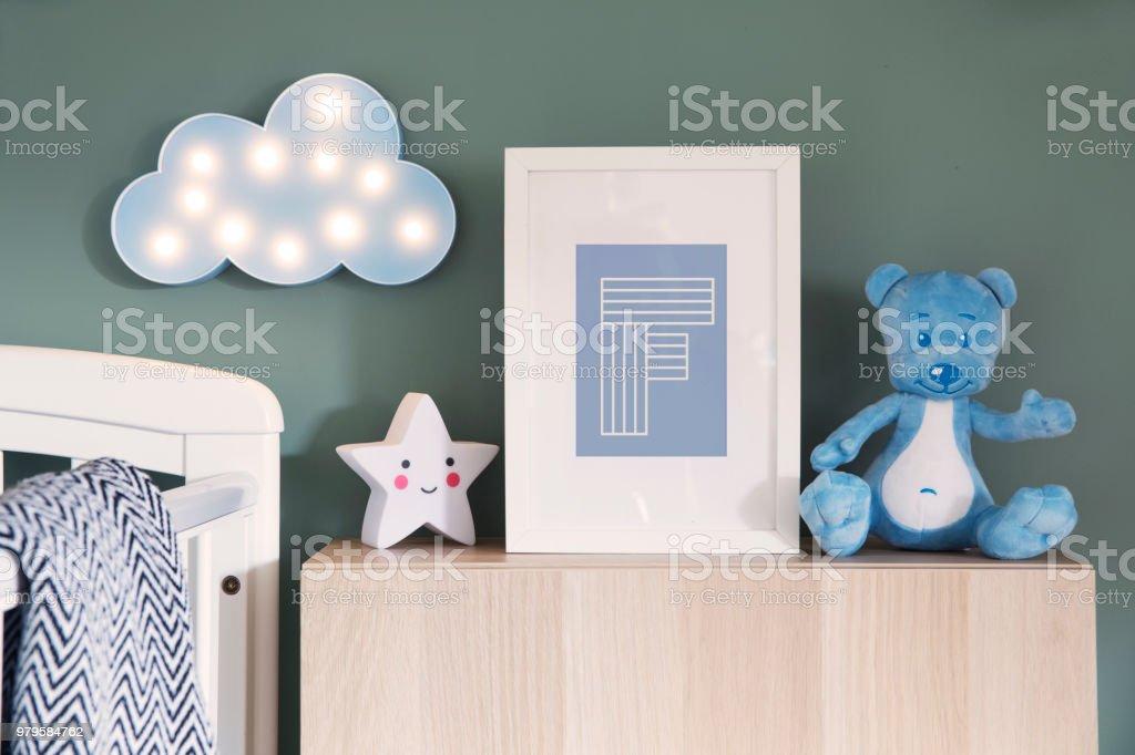 Interior de viveiro elegante com simulação moldura, ursinho, estrela e azul nuvem. Parede de fundo verde. - foto de acervo
