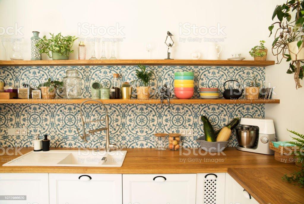 Cocina Elegante Espacio Abierto Con Placas Plantas Y ...