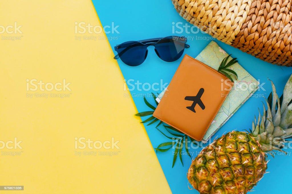 stilvolle Pass, Ananas, Landkarte, Sonnenbrille, Tasche auf blauen und gelben trendige Papierhintergrund. Sommerferien flach lag, Platz für Text. Reise- und Wanderlust-Konzept. - Lizenzfrei Ananas Stock-Foto