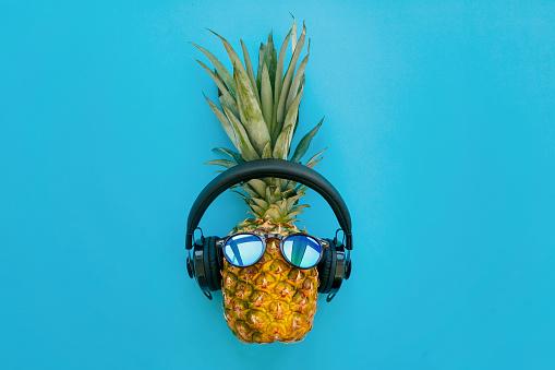 Stilvolle Ananas Mit Sonnenbrille Und Kopfhörer Auf Trendiges Blaues Papierhintergrund Sommer Flach Zu Legen Urlaub Und Partykonzept Platz Für Text Hipsterurlaub Stockfoto und mehr Bilder von Ananas