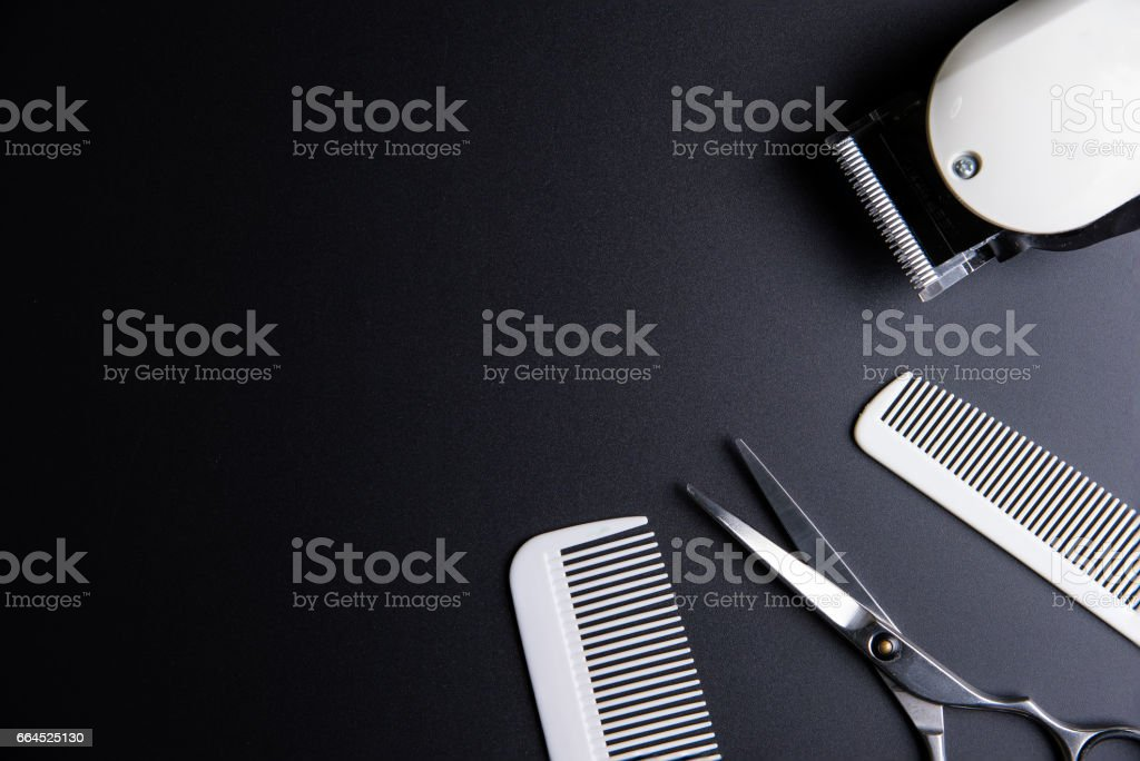 Stilvolle Professional Friseur Schere, weiße Kamm und weißen elektrischen Haarschneider auf schwarzem Hintergrund. Friseur Salon Konzept, Friseur festlegen. Haarschnitt-Zubehör. Raum-Bild kopieren, flach zu legen. – Foto