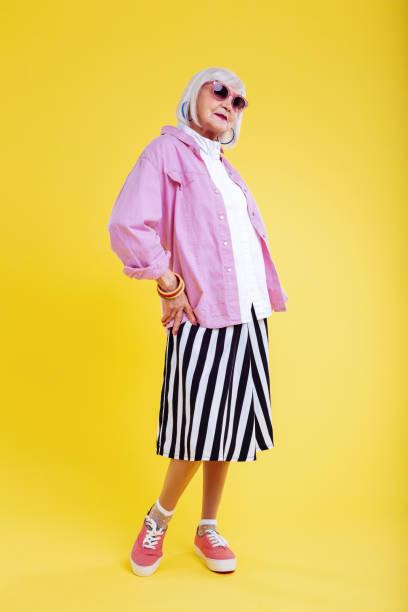 stilvoll im ruhestand dame trägt gestreifte weißer und schwarzer rock - damen rock pink stock-fotos und bilder