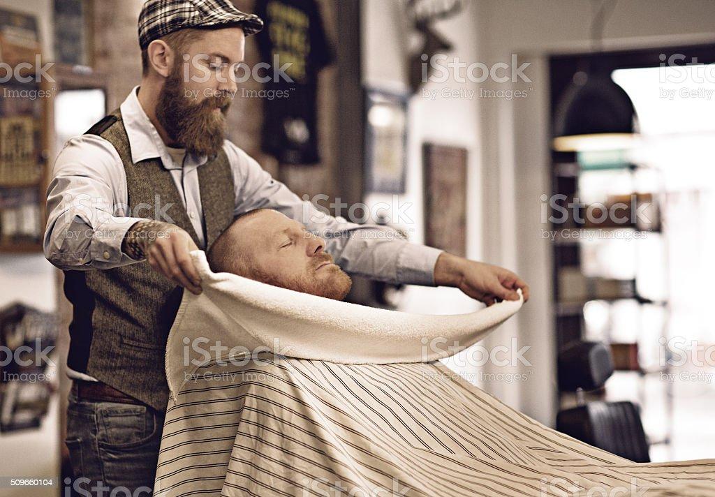 a66259d813922 Estilo retrô barbudo Barbeiro com cliente barbudo homem Careca foto de  stock royalty-free