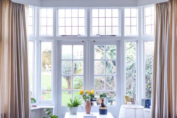 stylowe wnętrze pokoju z francuskimi drzwiami i jasnymi neutralnymi kolorami w nowoczesnym domu - okno zdjęcia i obrazy z banku zdjęć