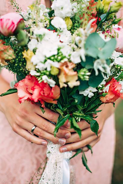 stylish rustic bouquet - hochzeitsfrisur boho stock-fotos und bilder