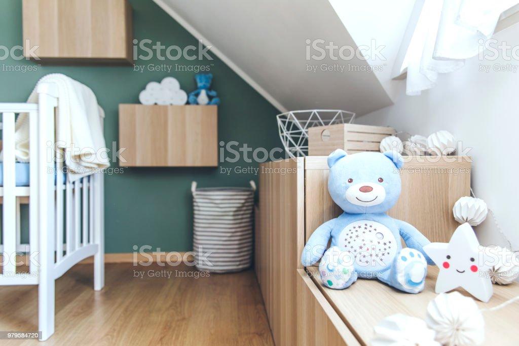Stijlvolle scandinavische pasgeboren baby kamer met speelgoed