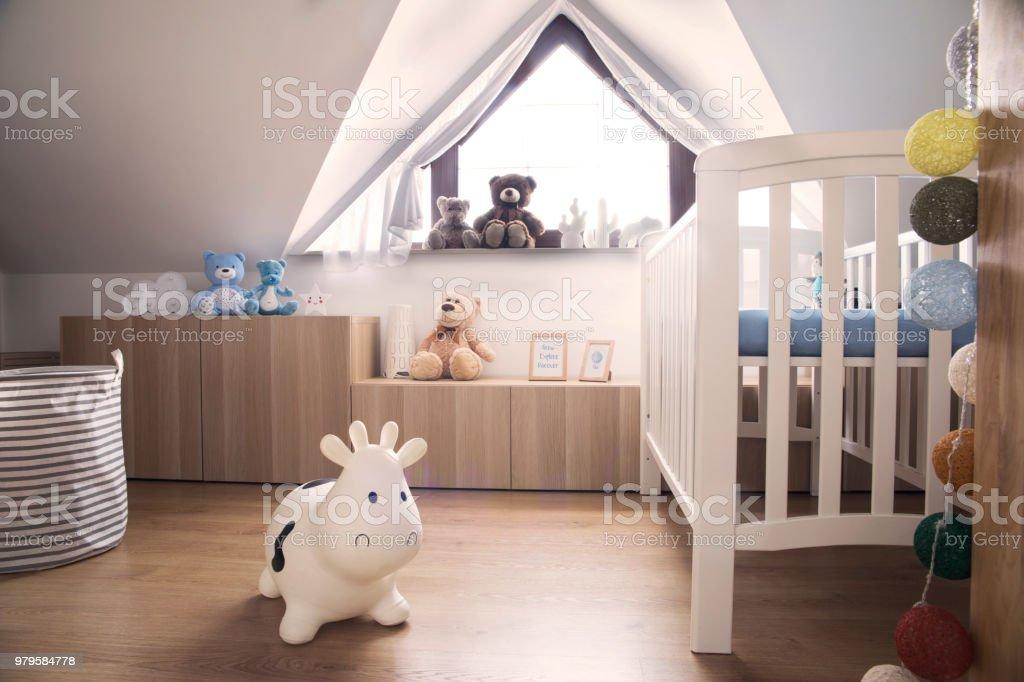 Habitación Con Estilo Escandinavo Bebé Con Juguetes Osos De ...