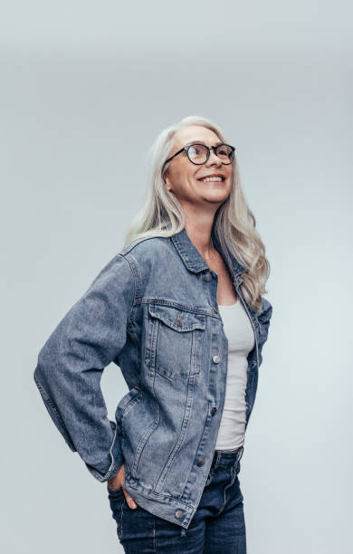 snygg senior kvinna tittar på kopierings utrymme - mature women studio grey hair bildbanksfoton och bilder