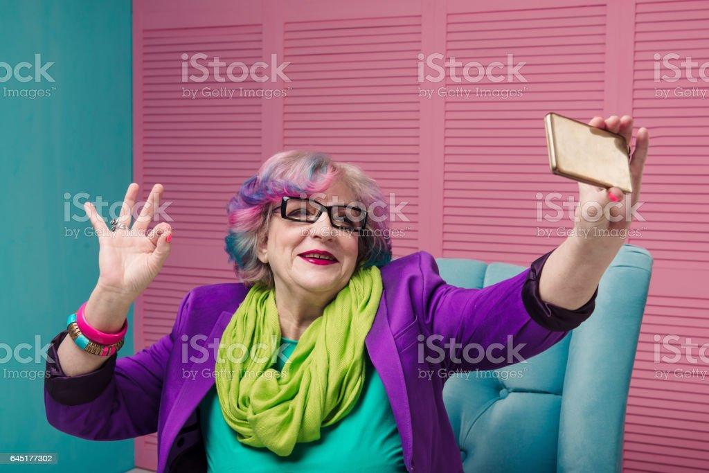Élégante femme senior à l'aide de téléphone intelligent - Photo