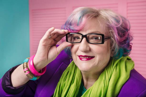 stijlvolle senior vrouw draagt recept bril met zwart frame - gekleurd haar stockfoto's en -beelden