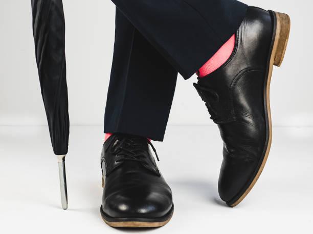 elegante schuhe und hellen socken - bräutigam jeans stock-fotos und bilder