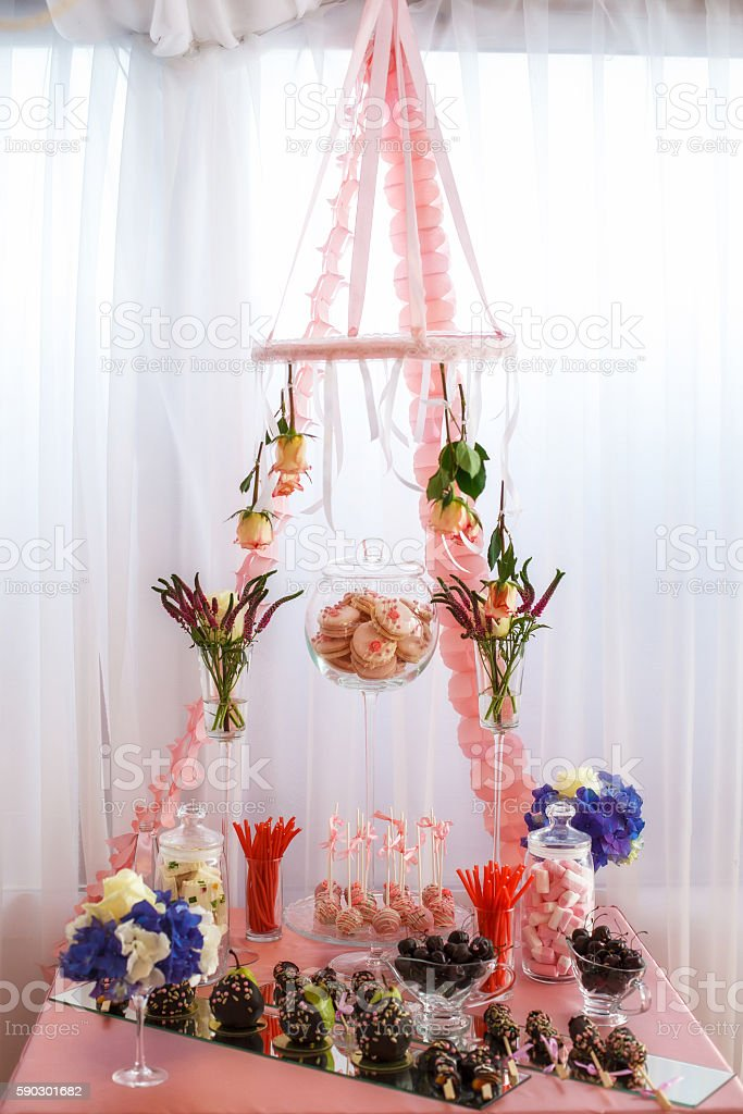 Stylish sweet candy bar set at the wedding ceremony royaltyfri bildbanksbilder