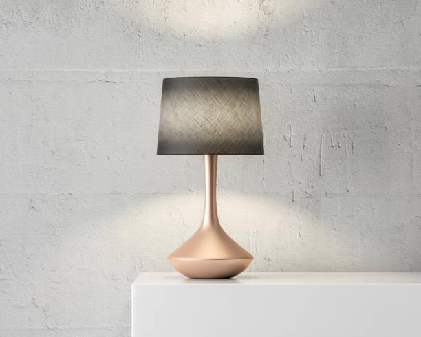 stylowa makieta lampy stołowej z czarnym odcieniem i złotą podstawką na białym stole - lampa elektryczna zdjęcia i obrazy z banku zdjęć