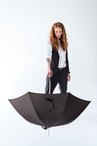곱슬 머리는 흰색 절연 검은 우산을 들고 세련 된 문신된 사업가 개인 장식품에 대한 스톡 사진 및 기타 이미지