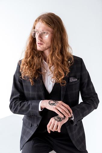 세련 된 문신 곱슬 머리 화이트에 멀리 보고와 사업 경영자에 대한 스톡 사진 및 기타 이미지