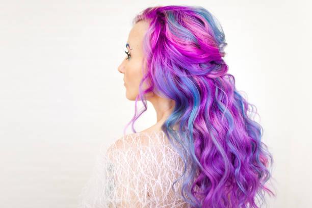 stilvolle trendige frisur von lockigen blonden haaren. modische haarfärbung, - haarnadeln stock-fotos und bilder