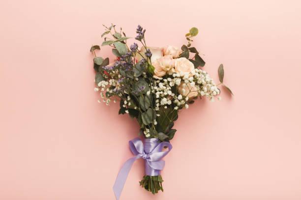 stilvolle hochzeit bouquet, ansicht von oben - hochzeitsblumensträuße stock-fotos und bilder