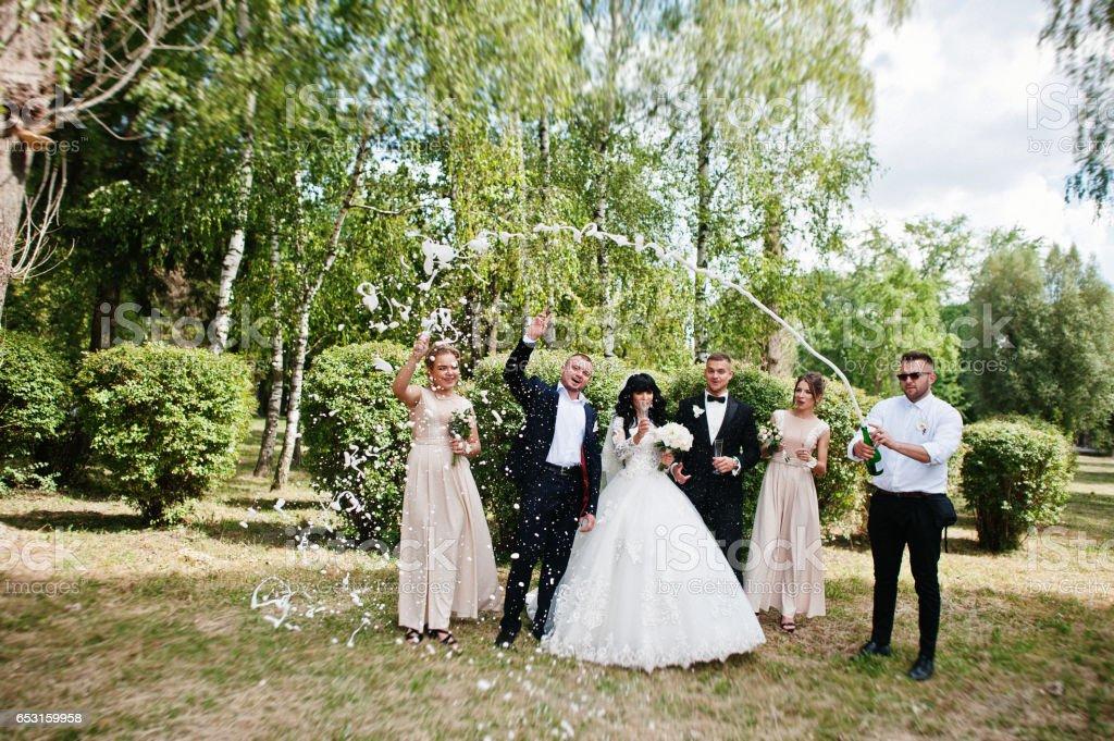 dcd3eab36 Elegantes Novios Padrino Y Las Damas De Honor Con Champagne ...