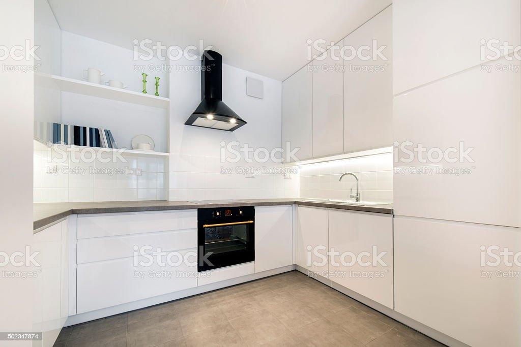 Moderne weiße Küche in einem kleinen apartment – Foto