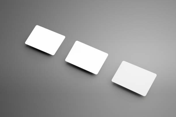 stilvolle weiße mock-up einer drei scheckkarte (geschenk) diagonal auf einem hintergrund. - gutschein ausdrucken stock-fotos und bilder