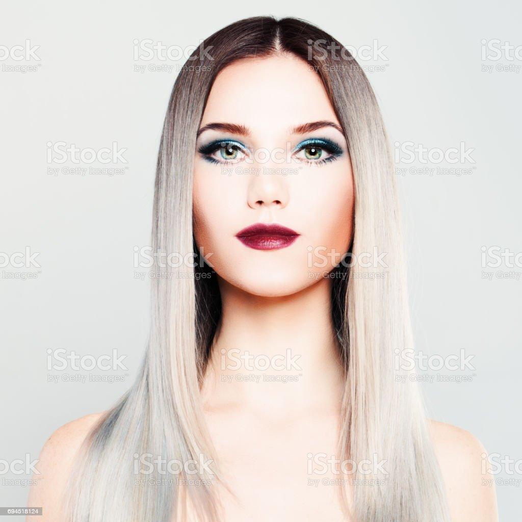 mannequin femme élégant avec maquillage et coiffure coloriage