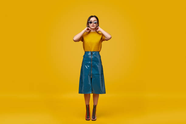 mujer con estilo en el equipo cyberpunk - moda de mujer fotografías e imágenes de stock
