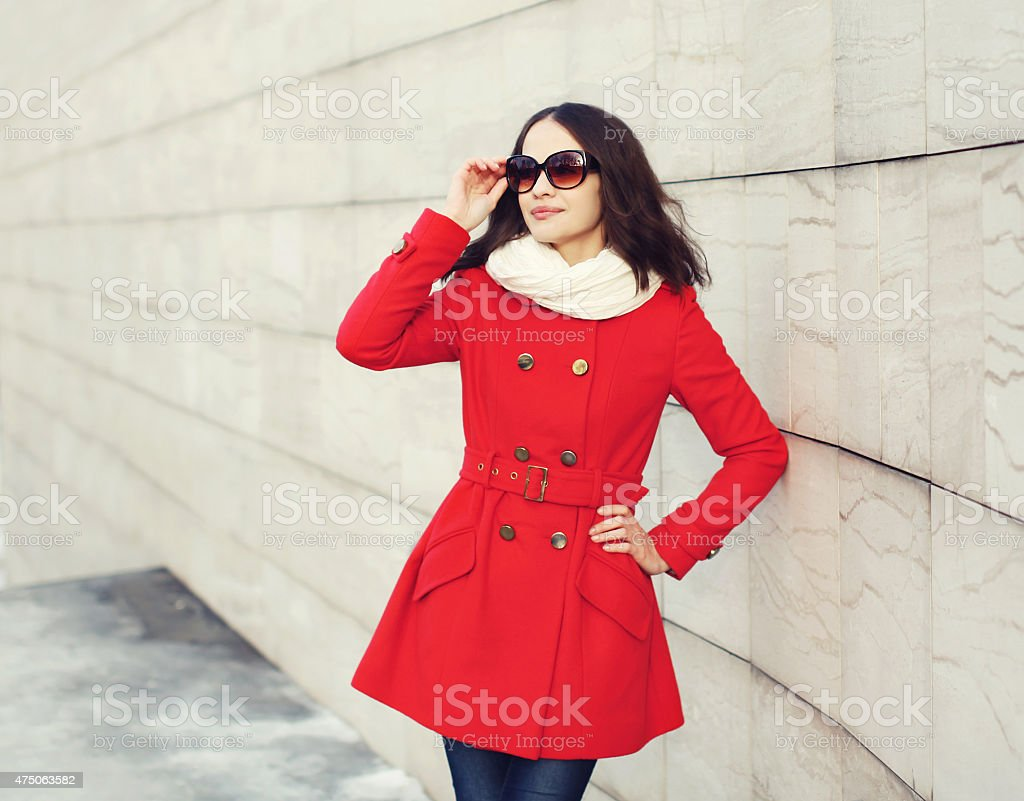 new product 3eddc be67a Elegante Donna In Giacca Rossa Su Contro Il Muro ...