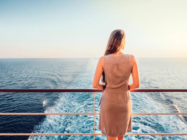 boş bir güverte üzerinde şık kadın - gemi seyahatı stok fotoğraflar ve resimler