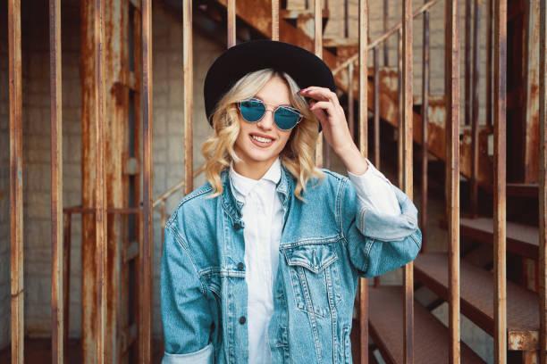 stylish woman portrait representing urban youth lifestyle - capelli mossi foto e immagini stock