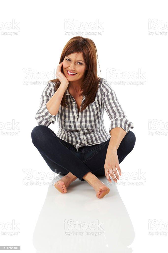 Élégante femme assise détendue - Photo