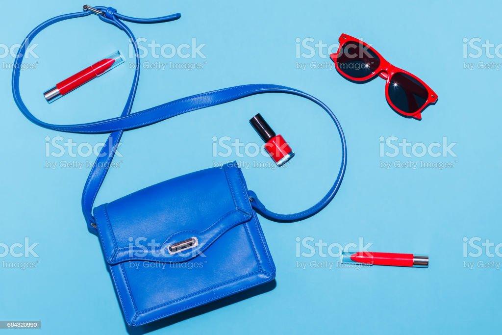 Acessórios de verão mulher elegante nas cores vermelhos e azuis - foto de acervo