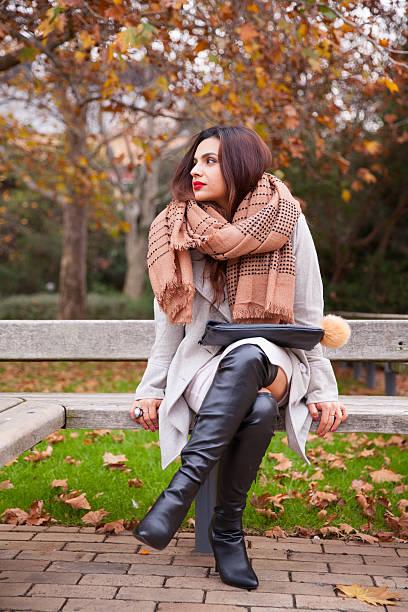 Elegante mulher esperando no parque - foto de acervo