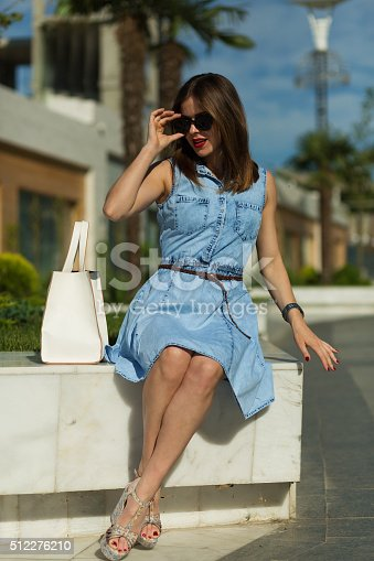 615594632 istock photo Stylish woman with shopping bags 512276210