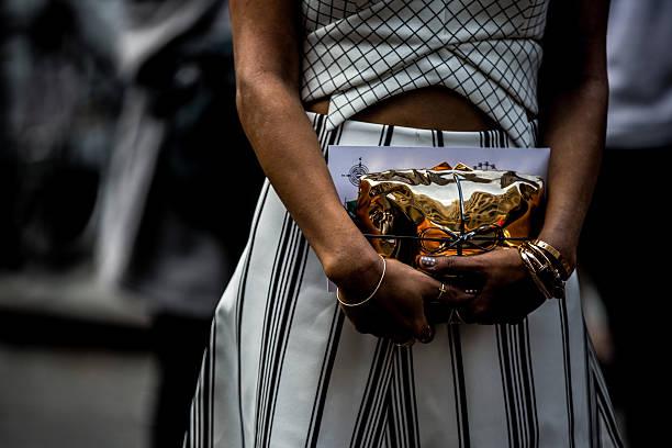 femmes élégantes - mode paris photos et images de collection