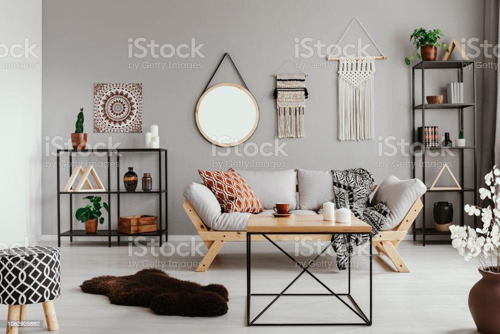 Stilvoller Couchtisch Aus Holz In Der Mitte Warm Ethnowohnzimmer Mit