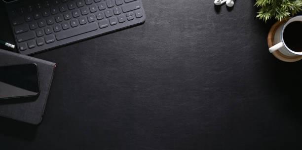 stilvoller arbeitsplatz mit laptop - schreibtisch stock-fotos und bilder