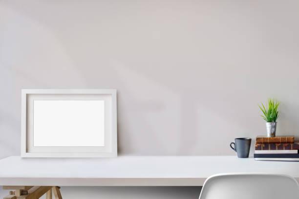 stilvolle arbeitsbereich mit mock-up poster zu hause oder im studio. - schmaler tisch stock-fotos und bilder