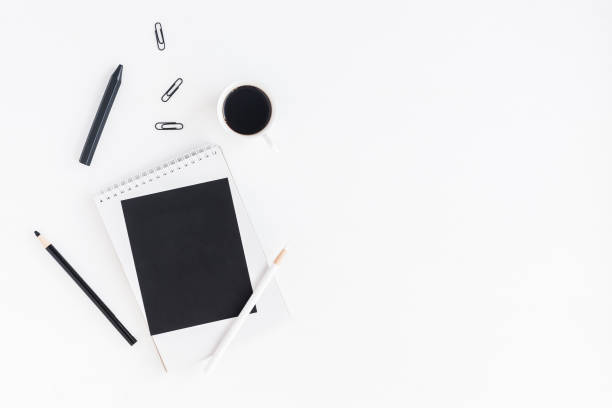 stilvolle arbeitsplatz mit notebook, tasse kaffee, leeres papier, bleistifte - kreide farbe schreibtisch stock-fotos und bilder