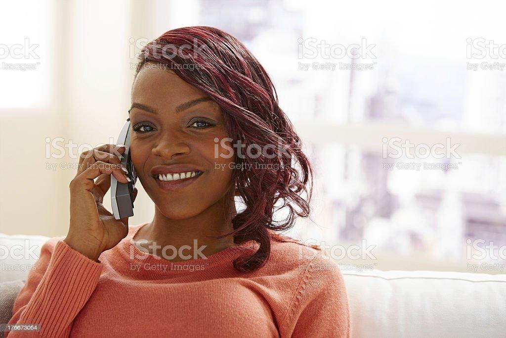 Elegante mujer joven hablando por teléfono foto de stock libre de derechos