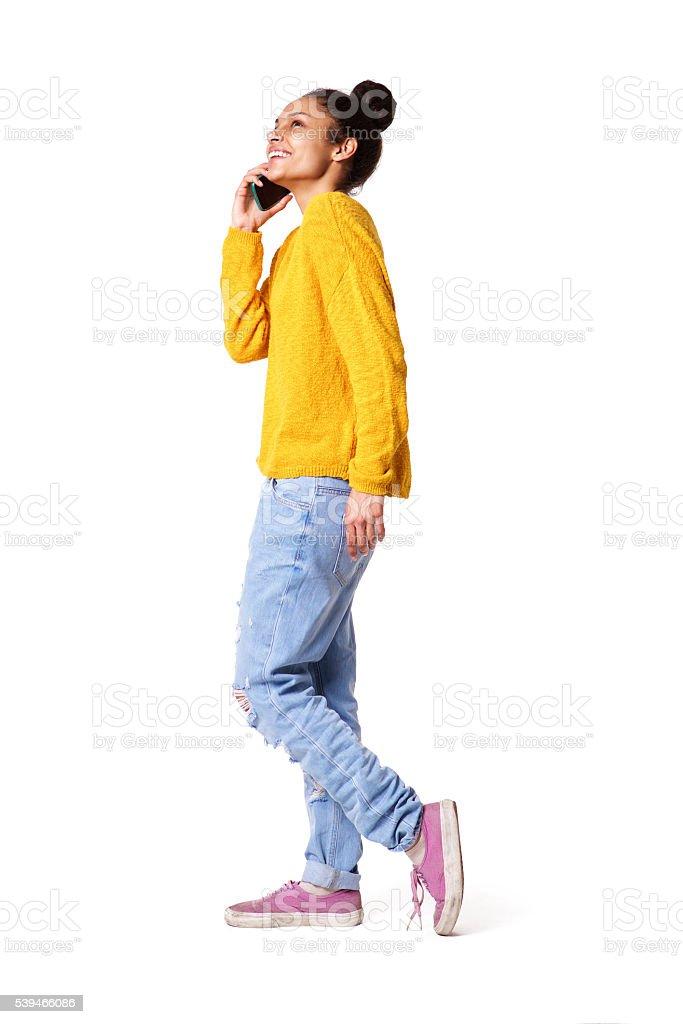 Стильная молодая женщина говорить на мобильный телефон стоковое фото
