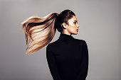 髪に飛んでスタイリッシュな若い女性
