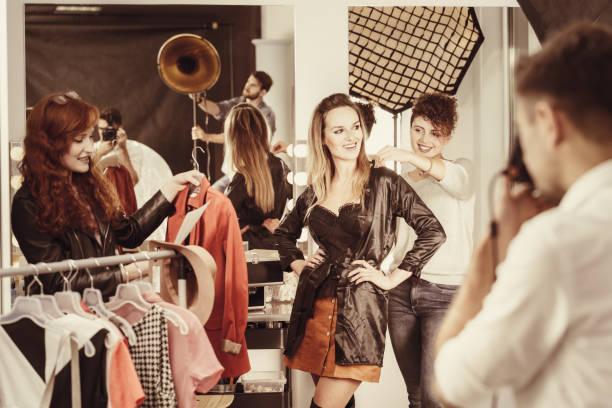 styliste, mettant habillement en modèle - défilé de mode photos et images de collection
