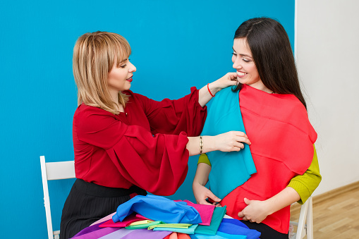 672064598 istock photo stylist working with happy client 675536620