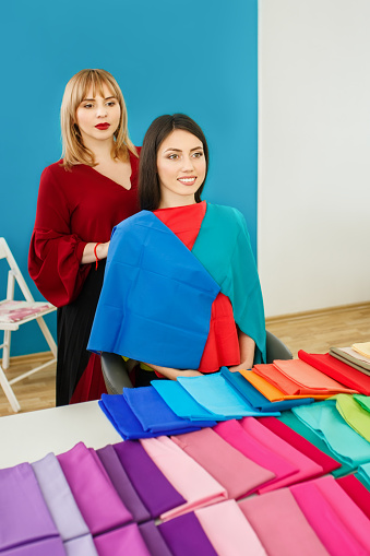 672064598 istock photo stylist working with young woman 675536682