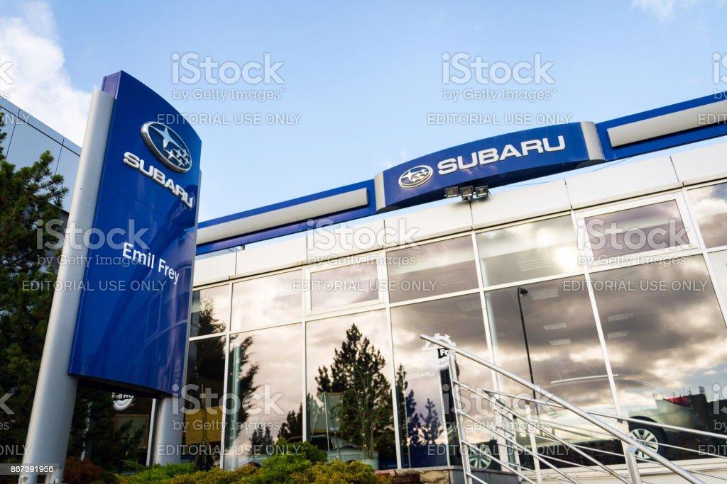 Subaru-Firmenlogo auf Autohaus-Gebäude – Foto