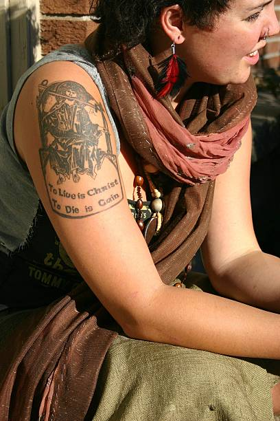 subkultur dar junge frau - ruhegebet tattoo stock-fotos und bilder