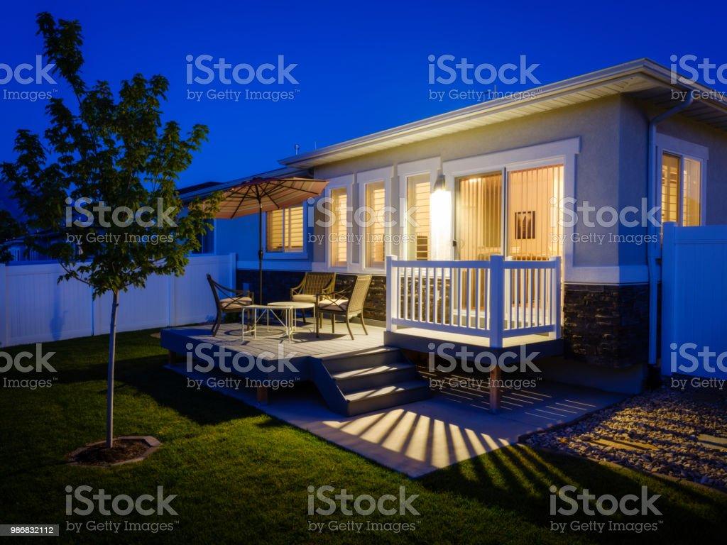 Vorort Haus Hinterhof Terrasse in der Abenddämmerung – Foto