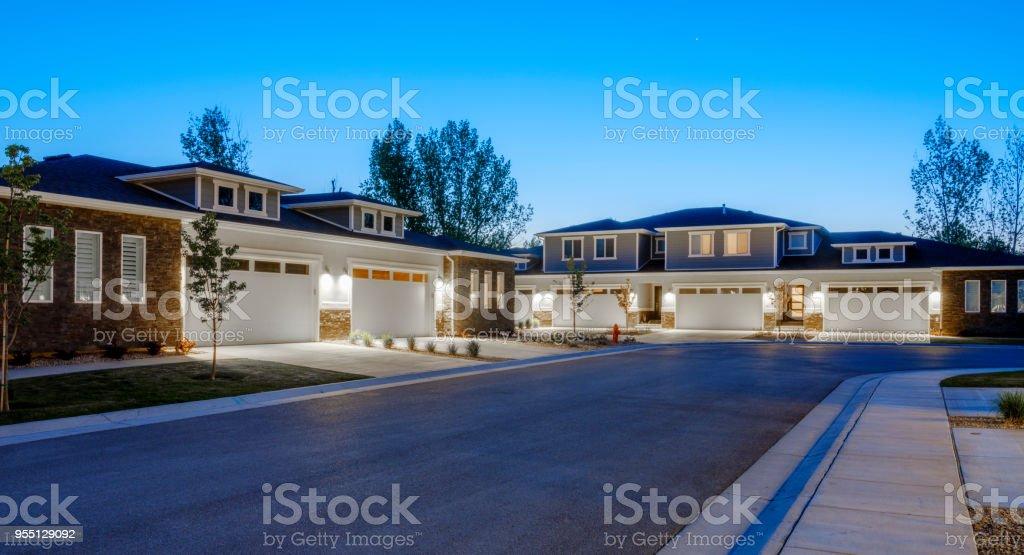 Vorort-Häuser in der Abenddämmerung – Foto